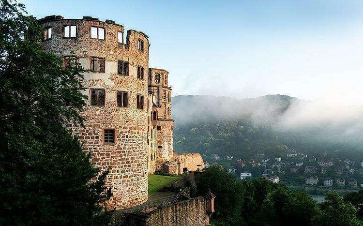 Вид на восточное крыло замка ранним утром. На заднем плане город Гейдельберг
