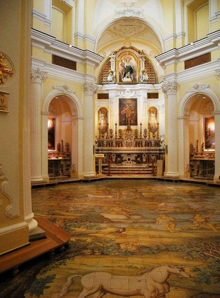 Интерьер церкви Сан-Микеле в городе Анакапри
