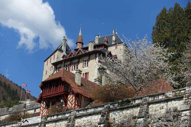 Замок Ментон-Сен-Бернар